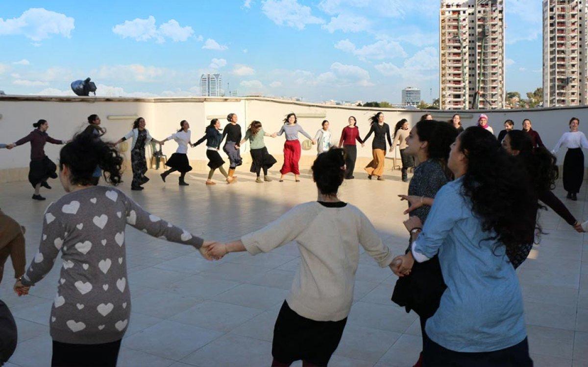 מעגל ריקוד על גג המדרשה